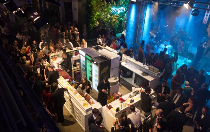 Blick aus der ersten Etage auf die Gemeinschaftsbar und auf die Douglas Lounge