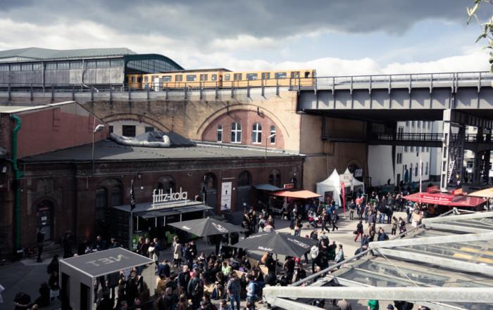 Blick von der Sonnenterrasse auf den fritz-biergarten und auf den Vorplatz der STATION