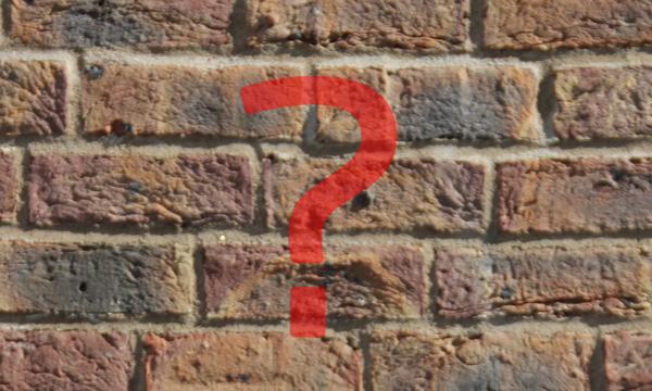 Fragezeichen auf Mauer