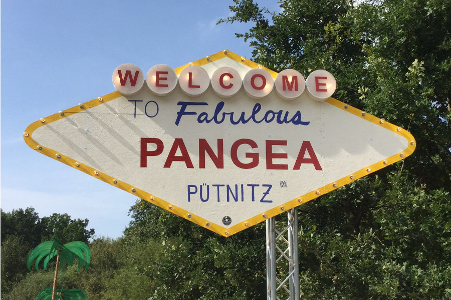 Close-up Eingangsschild Pangea