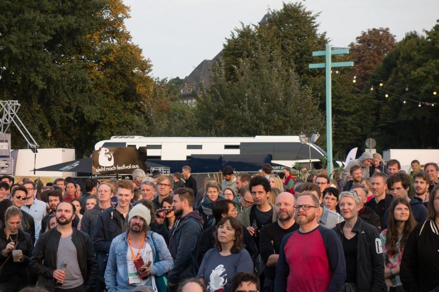 Impressionen Besuchermenge vor fritz-Container Bühne