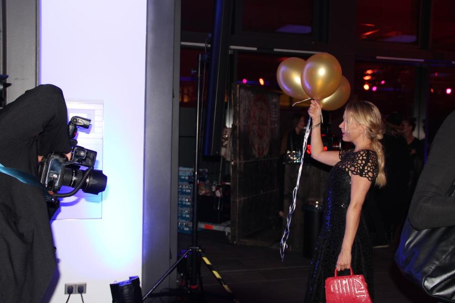 Besucherin wird fotografiert mit Luftballons