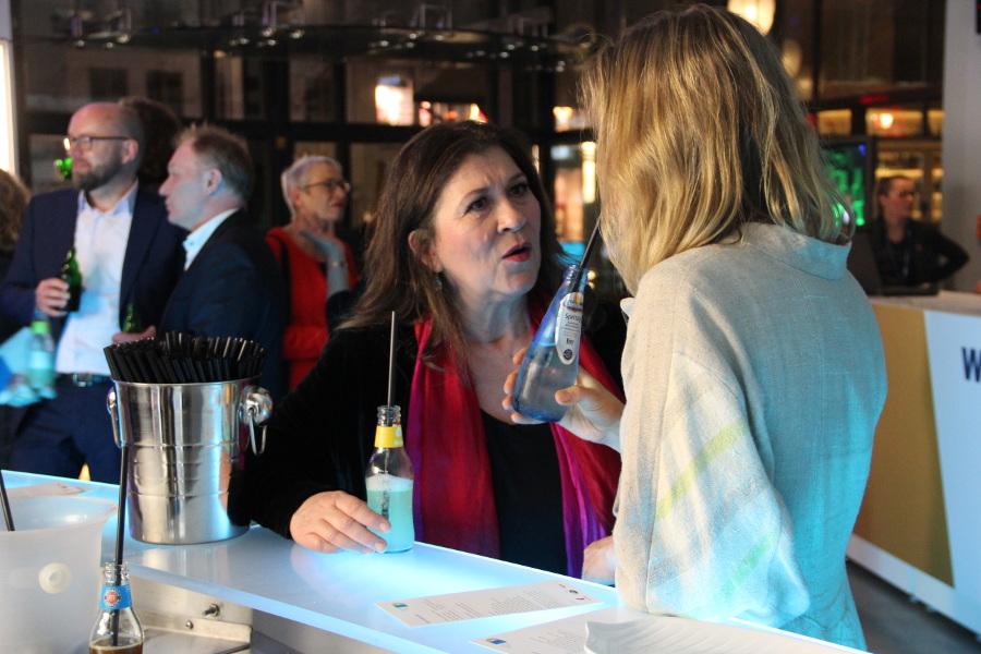 Close-up Gäste an Bar