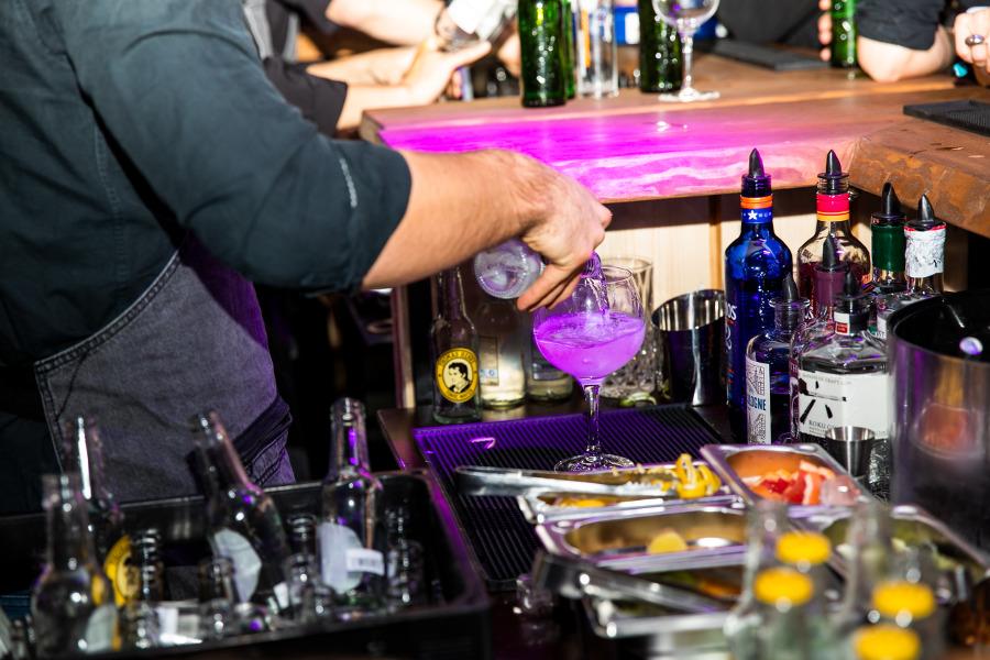 Close-up Zubereitung Gin Tonic