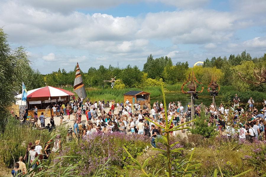 Impressionen Festivalgelände tanzende Menge